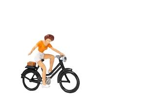 自転車とミニ人旅行者は、クリッピングパスとの白い背景に分離
