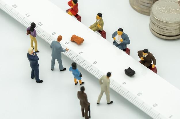 Миниатюры используют денежный депозит. у банковского счетчика или финансового учреждения.