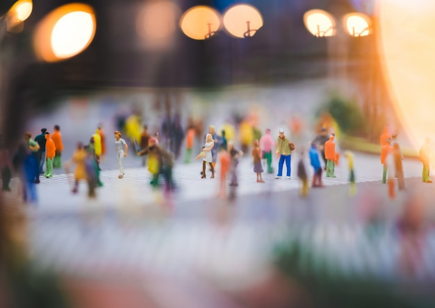 路上を歩くミニチュアの人々、人々は横断歩道を渡って移動しています