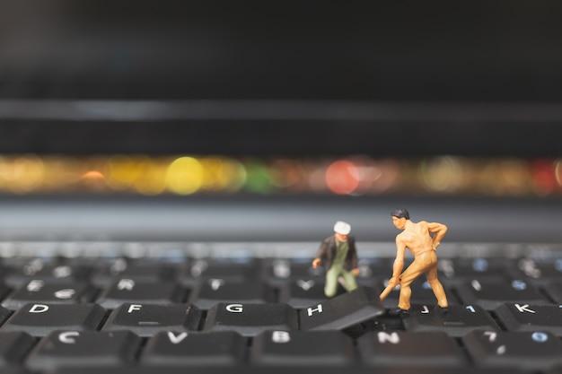 미니어처 사람들 : 키보드 컴퓨터 노트북을 수리 엔지니어 팀