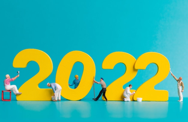 Миниатюрные люди, рабочая группа, картина номер 2022, концепция с новым годом