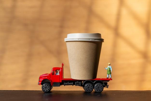 트럭과 커피 컵 컵에 미니어처 사람