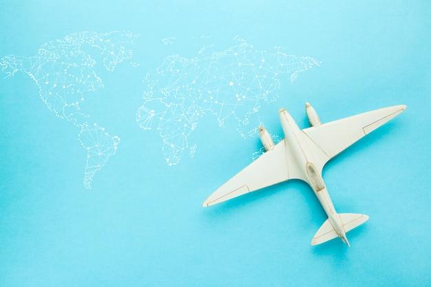 Миниатюрный игрушечный самолетик и карта