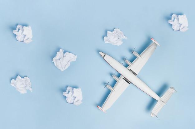 다채로운 종이 바탕에 미니어처 장난감 비행기