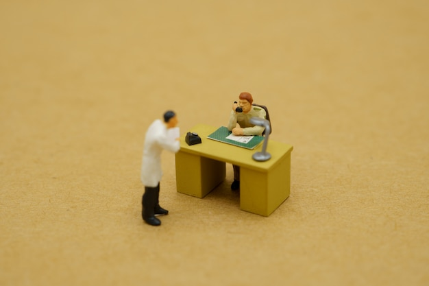 医師と政府職員のミニチュアおもちゃ