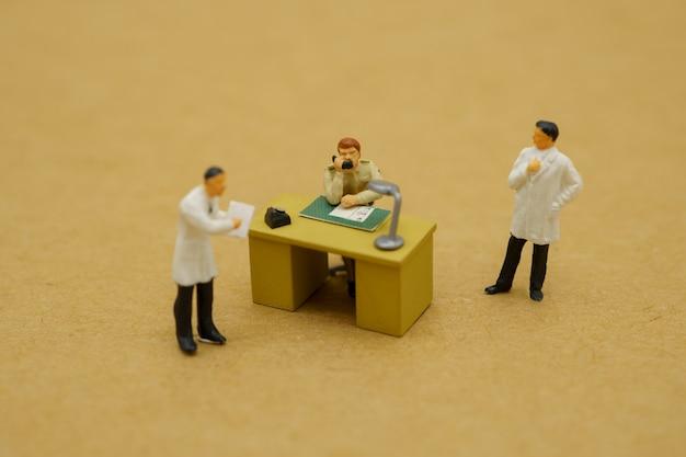 Миниатюрная игрушка врачей и чиновников