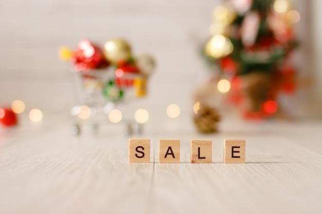 Миниатюрная игрушечная тележка для супермаркета. концепция рождественской распродажи.