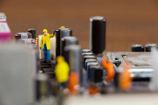 미니어처 근로자 마더 보드 칩 작업
