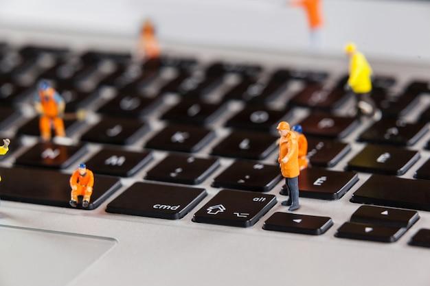 미니어처 노동자 노트북 키보드 수리