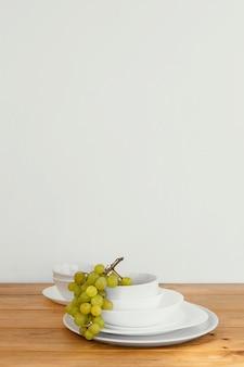 접시에 최소한의 추상 포도