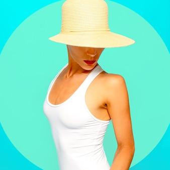 最小限のビーチファッション。ビーチアクセサリーの官能的な女の子