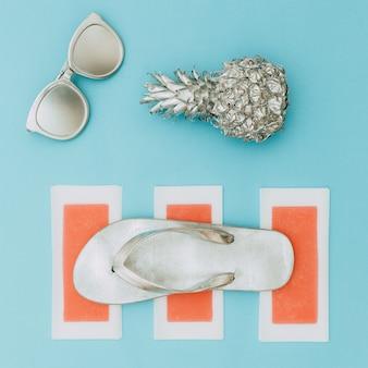 Минимальный пляжный стиль. серебряный набор. ананас, солнцезащитные очки и шлепанцы