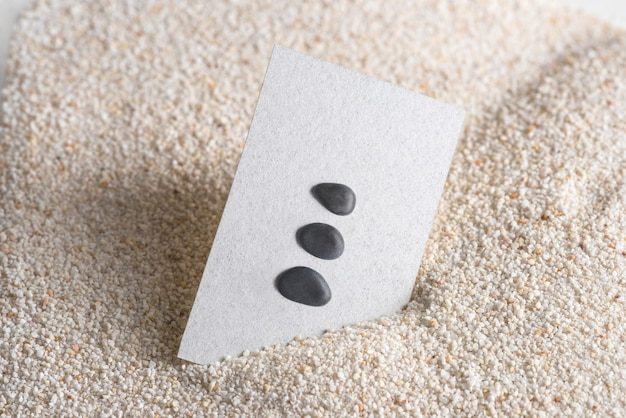 Минимальная визитная карточка с камнями дзен в оздоровительной концепции