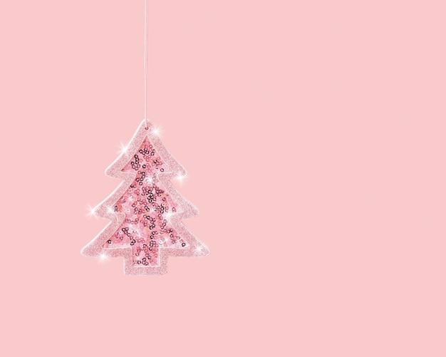 Минимальная рождественская и новогодняя открытка со сверкающей розовой игрушечной елкой