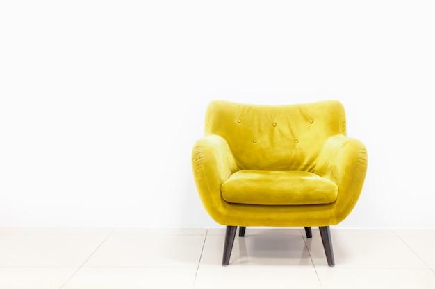Минималистичная концепция жилого интерьера с желтым диваном