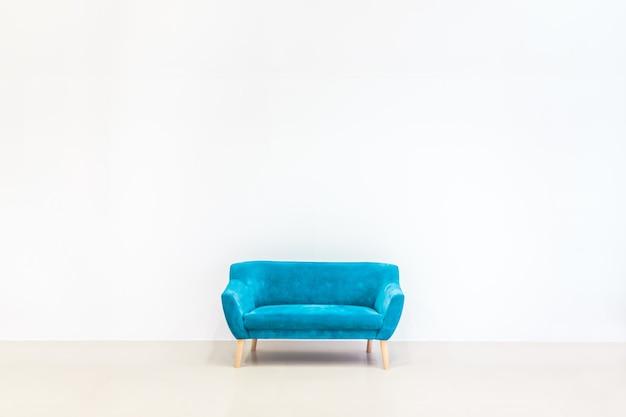 Минималистичная концепция жилого интерьера с синим диваном