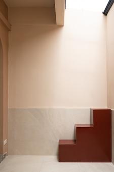 Минимальная сцена пустого пространства с красной лестницей и розовой стеной в тени для фотосессии / концепция студии / уличная студия / современный минималистичный стиль