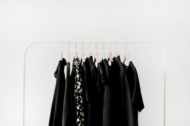 最小限のファッション服のコンセプト。白のハンガーに女性のブラウスとtシャツ