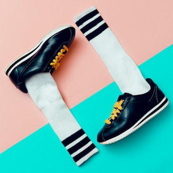 最小限のファッションクリエイティブアート。スタイリッシュなスニーカーと靴下。