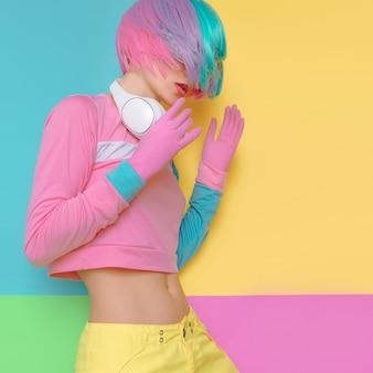 Минималистичный поп-арт. цвет ванили. игривая девушка-ди-джей. кукольный стиль. забавные фитнес-флюиды