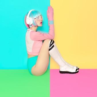 Минималистичная мода поп-арт ванильные пастельные тона девушка dj doll style фитнес-флюиды