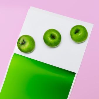 ミニマルファッションセット青リンゴアートクリエイティブデザインコンセプト生鮮食品