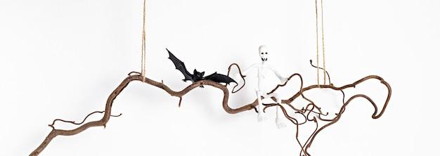 Минимальное украшение хэллоуина висит на ветке дерева изолированы