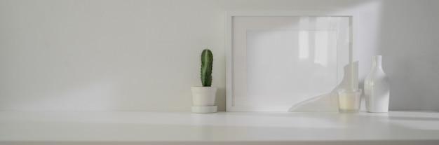 Минимальный домашний дизайн интерьера гостиной с макетной рамой, украшениями и копией пространства
