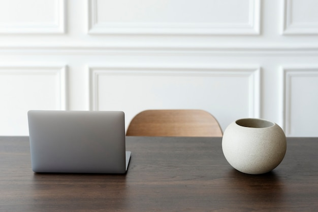 Ufficio domestico minimo e spazio di lavoro con laptop sul tavolo