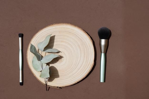 Минималистичный современный косметический макет с кистями для макияжа и листьями эвкалипта