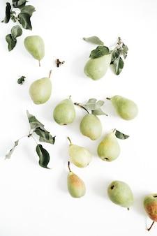 白い背景に最小限の梨の果実と葉のパターン。フラットレイ、トップビュー