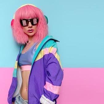 Минимальный поп-арт стиль. творческая диджейская девушка. музыка флюиды