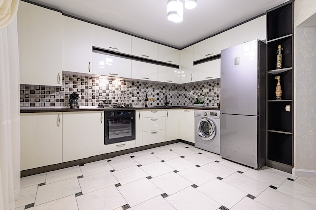 Минималистичный простой черно-белый большой современный интерьер кухни