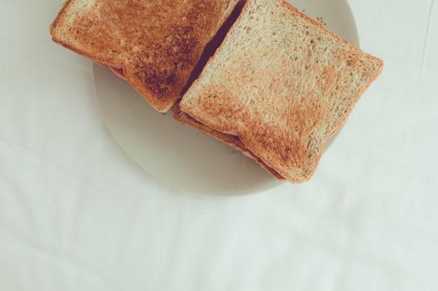 최소한의 간단한 수제 구운 빵 복사 공간.