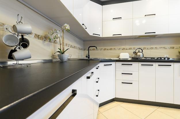 Минимальный простой белый большой современный интерьер кухни, крупным планом