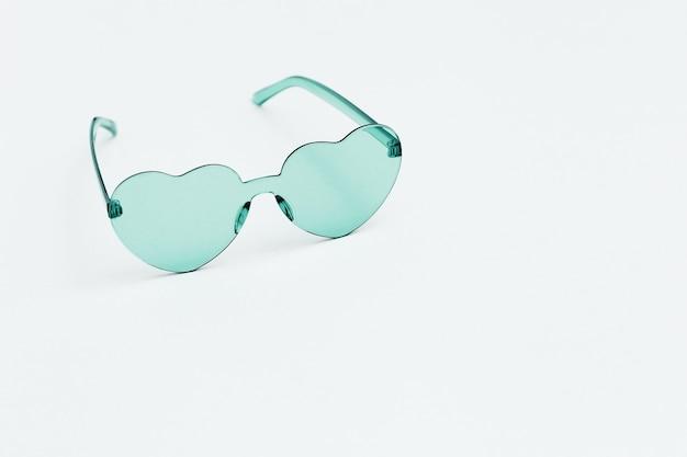 Модная фотография в минималистском стиле в очках в форме сердца светло-зеленые современные солнцезащитные очки