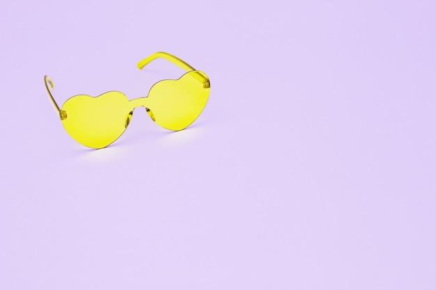 핑크에 심장 모양의 안경으로 최소한의 스타일 패션 사진