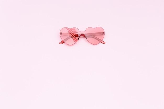 심장 모양의 빨간 안경으로 최소한의 스타일 패션 사진