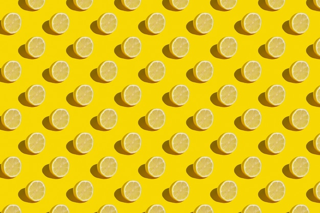 Минимальная солнечная летняя квартира заложила фруктовый фон. свежие дольки лимона на желтом фоне.