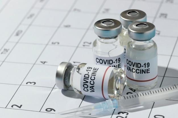 Composizione di bottiglie di vaccino minima sul calendario