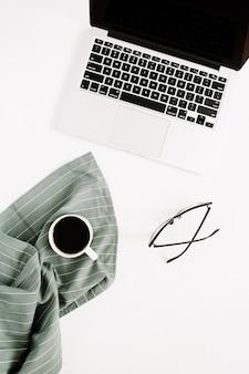 ノートパソコン、メガネ、コーヒーマグを備えた最小限の女性用ホームオフィスデスクトップ