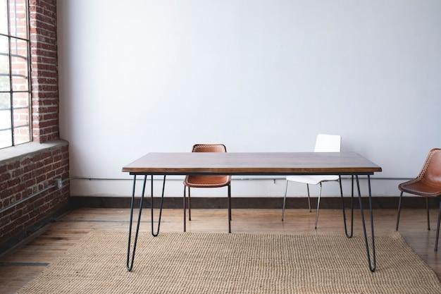 최소한의 나무 테이블 세트 장식