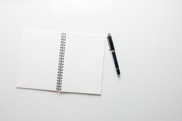 최소한의 작업 공간-복사 공간 흰색 배경에 스케치 북과 나무 연필 작업 공간 책상의 크리 에이 티브 평면 평신도 사진. 평면도, 평평한 평신도 사진.