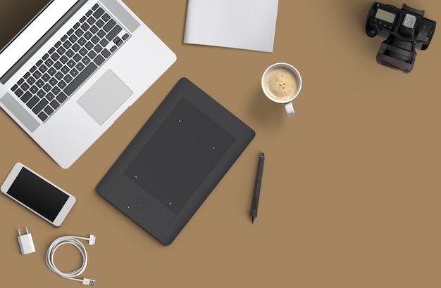 Минимальное рабочее пространство: ноутбук, фотоаппарат, кофе, фотоаппарат, ручка, карандаш, блокнот, канцелярские товары для смартфона на коричневом фоне для копирования пространства. вид сверху.