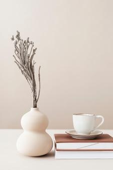 花瓶付きの最小限の作業スペース