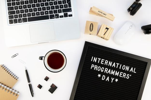 Минимальный рабочий стол с ноутбуком и чаем на день программиста