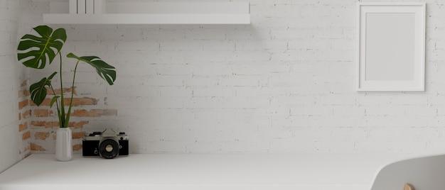 Минимальное рабочее пространство с камерой и горшком на столе с полкой и рамкой, украшенными кирпичной стеной,