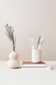 Минимальное рабочее пространство с кистями и вазой