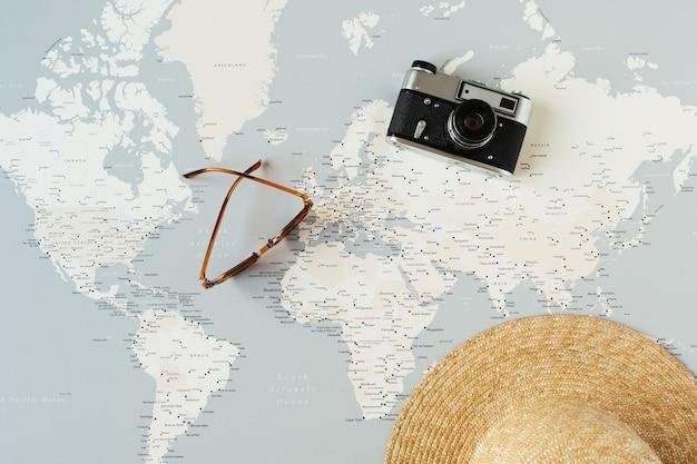 핀, 레트로 카메라, 선글라스, 밀짚 모자가있는 최소 세계지도