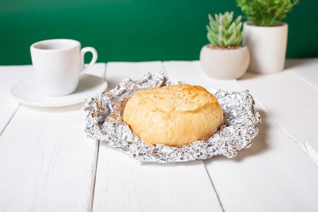 ミニマリズム、食べ物。温かい朝食パン。緑の花、環境にやさしい。